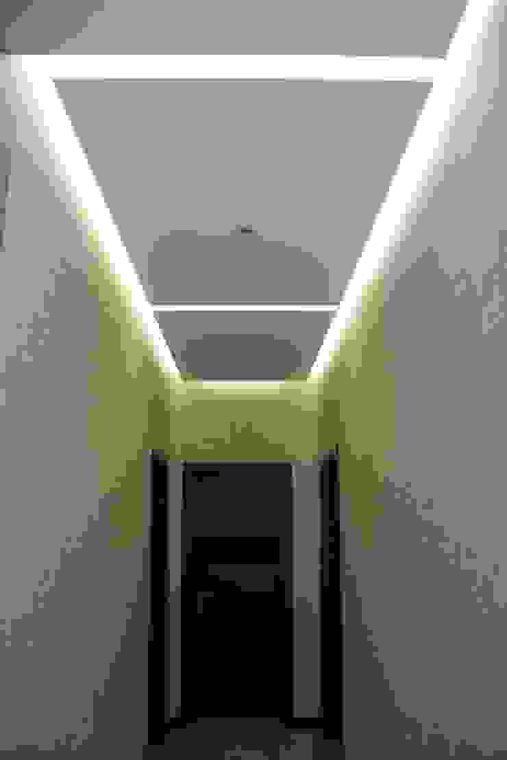 """Фото ремонта квартиры в ЖК """"Адмирал"""" Коридор, прихожая и лестница в модерн стиле от Студия интерьерного дизайна happy.design Модерн"""