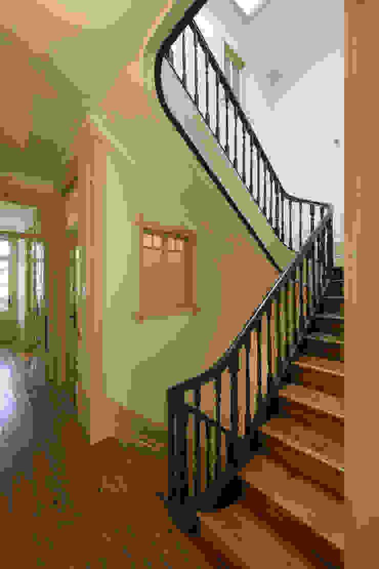 Escada Interior Corredores, halls e escadas clássicos por Inês Pimentel Arquitectura Clássico