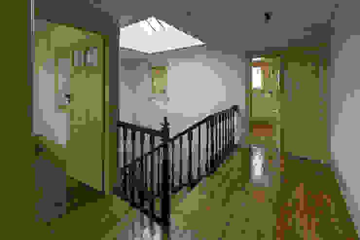 Escada Interior - Águas Furtadas Corredores, halls e escadas clássicos por Inês Pimentel Arquitectura Clássico