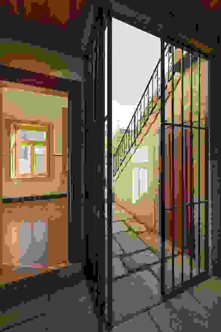 Passagem para o Logradouro Casas clássicas por Inês Pimentel Arquitectura Clássico