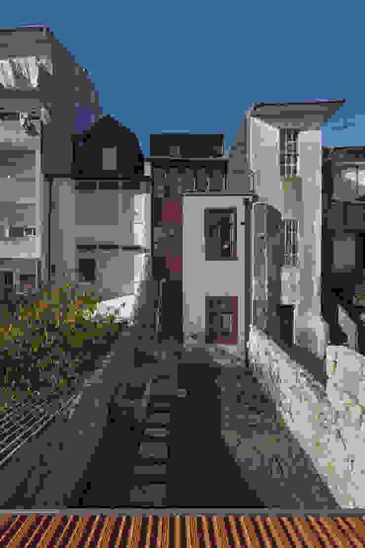 Fachada de Tardoz Casas clássicas por Inês Pimentel Arquitectura Clássico Granito