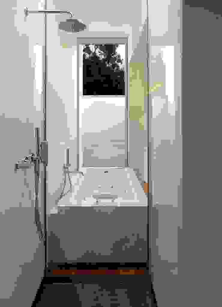 Banheira Suite Casas de banho minimalistas por João Laranja Queirós Minimalista Vidro