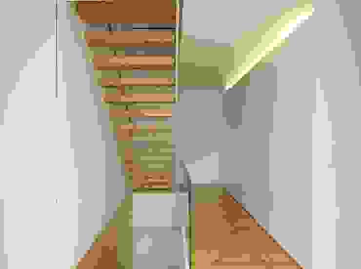 Escadas acesso aos quartos Corredores, halls e escadas minimalistas por João Laranja Queirós Minimalista