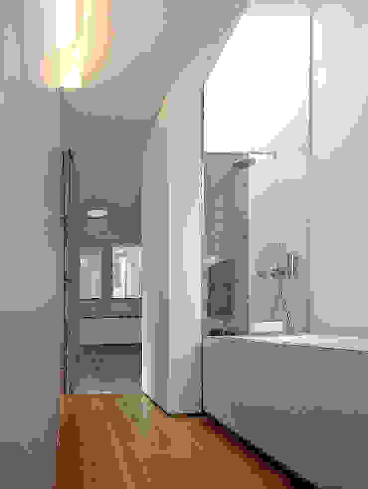 CASA CANIDELO Casas de banho minimalistas por João Laranja Queirós Minimalista