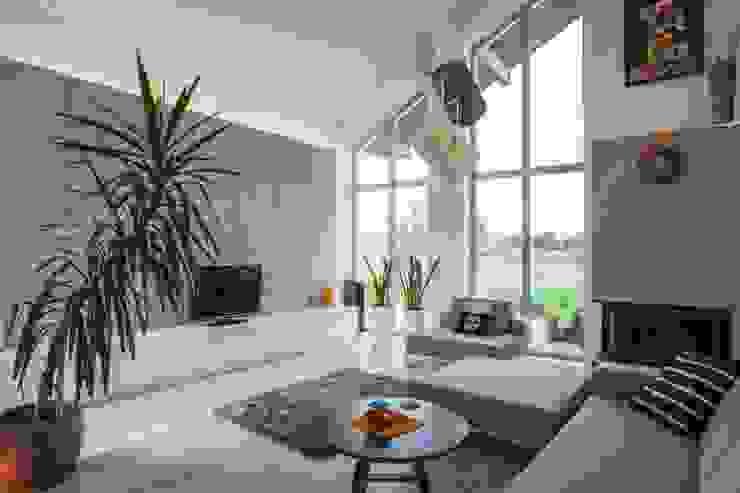 现代客厅設計點子、靈感 & 圖片 根據 Kunkiewicz Architekci 現代風