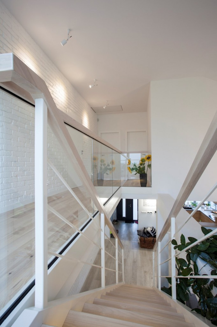 現代風玄關、走廊與階梯 根據 Kunkiewicz Architekci 現代風