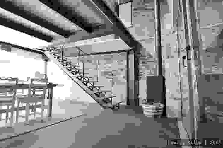 Pormenor da escada de acesso à sala de estar Corredores, halls e escadas rústicos por Casa do Páteo Rústico