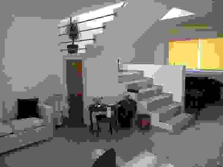 Escaleras Pasillos, vestíbulos y escaleras de estilo moderno de SANTIAGO PARDO ARQUITECTO Moderno