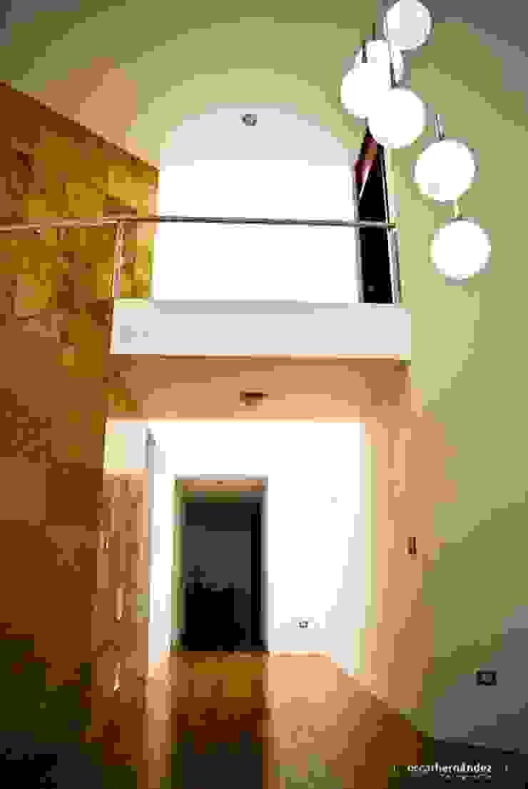 Casa Habitación - T.I Pasillos, vestíbulos y escaleras de estilo moderno de MATE - ARQUITECTOS Moderno Mármol