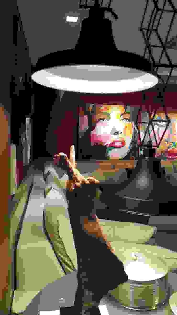 """Detalhes ambiente com sofá em """"L"""" com total aproveitamento do espaço. por Lucio Nocito Arquitetura e Design de Interiores Moderno"""