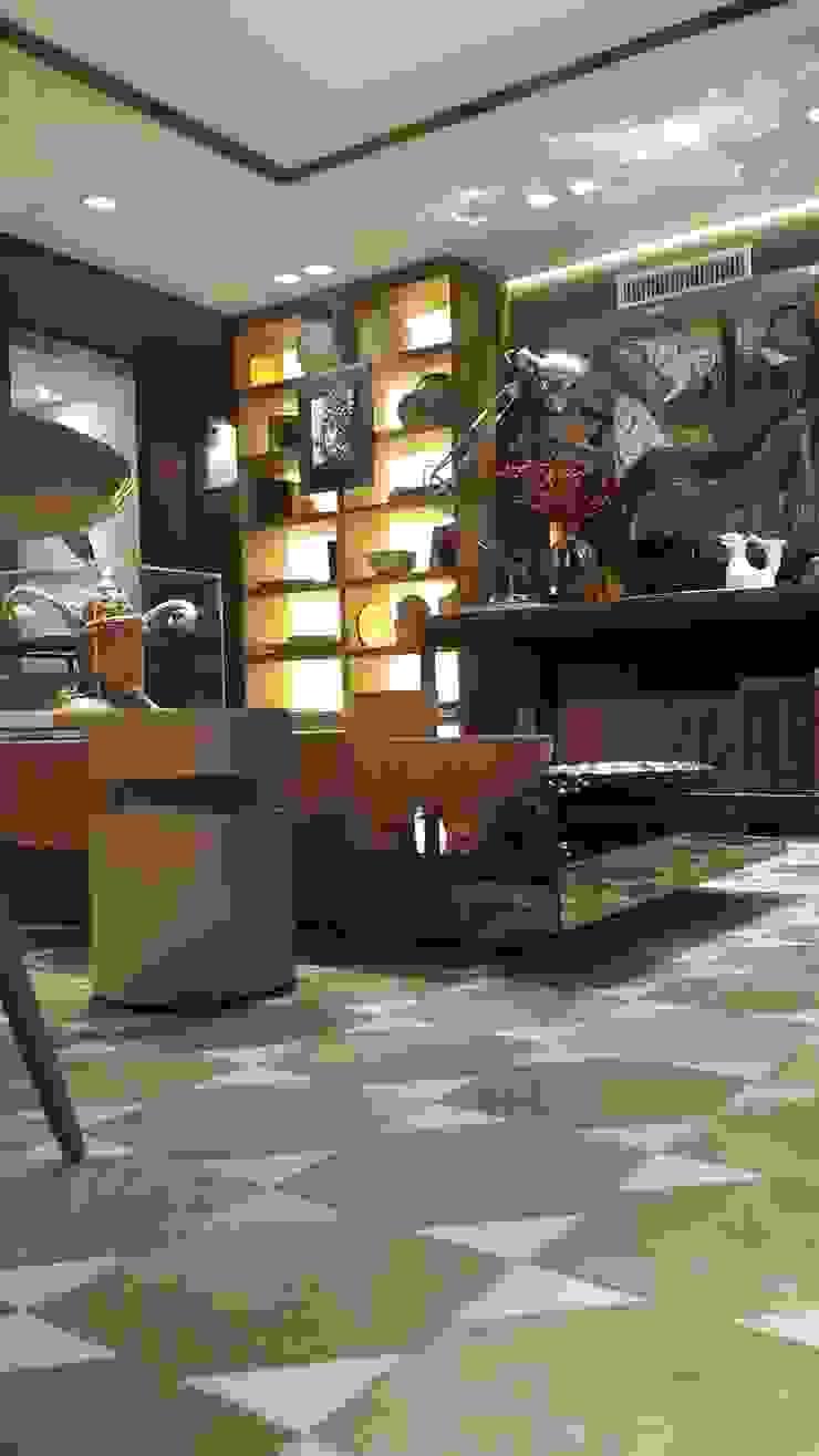 Iluminação indireta valorizando a estante ao fundo. por Lucio Nocito Arquitetura e Design de Interiores Moderno