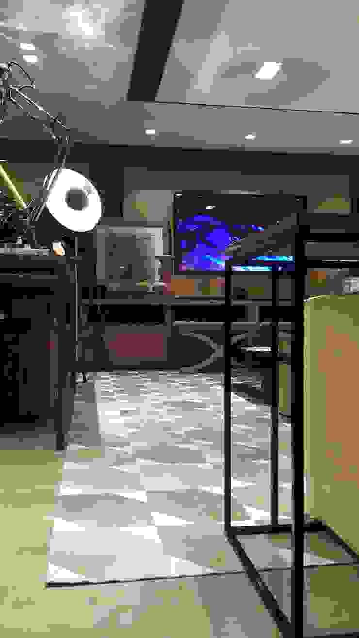 Detalhe para o tapete. por Lucio Nocito Arquitetura e Design de Interiores Moderno