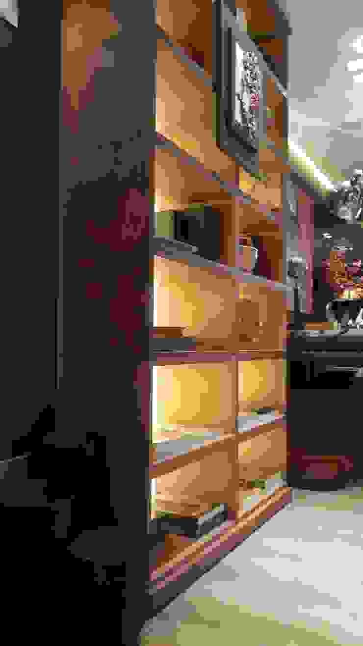 Detalhes da estante valorizando o ambiente. por Lucio Nocito Arquitetura e Design de Interiores Moderno Madeira Efeito de madeira