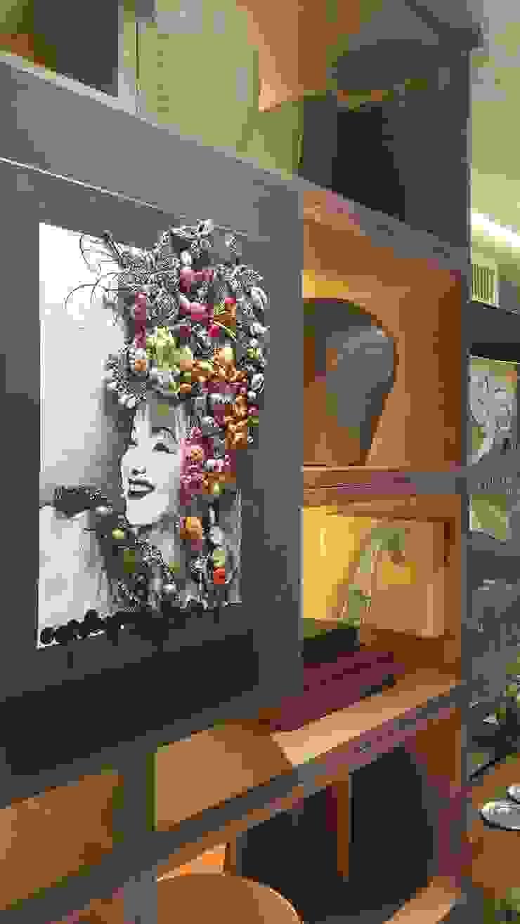Detalhe quadro Carmen Miranda. por Lucio Nocito Arquitetura e Design de Interiores Moderno