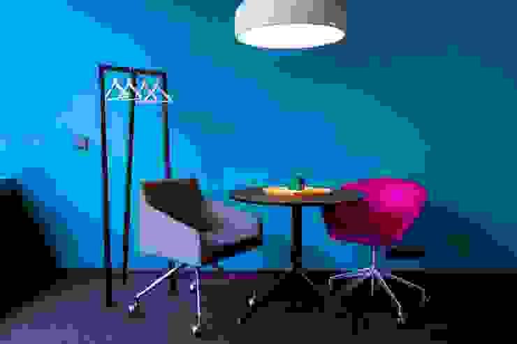 INSPACE Oficinas y comercios de estilo moderno