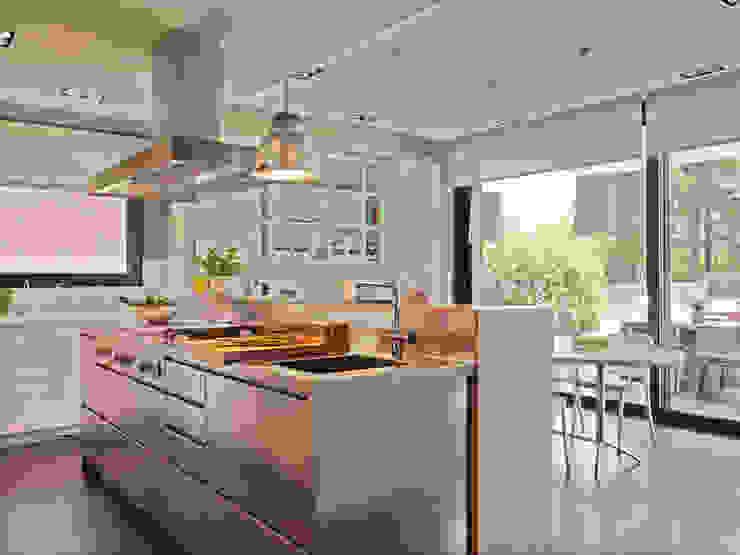 La cocina con office se vuelca al jardín Cocinas de estilo moderno de DEULONDER arquitectura domestica Moderno Hierro/Acero