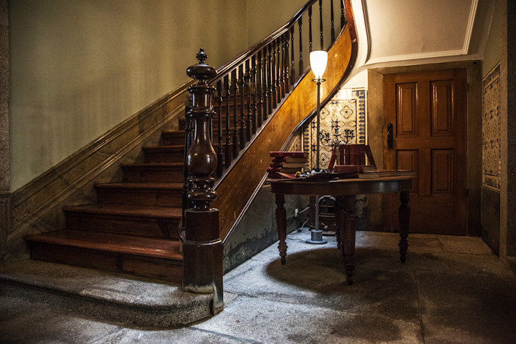 Eclectic style corridor, hallway & stairs by Bastos & Cabral - Arquitectos, Lda. | 2B&C Eclectic