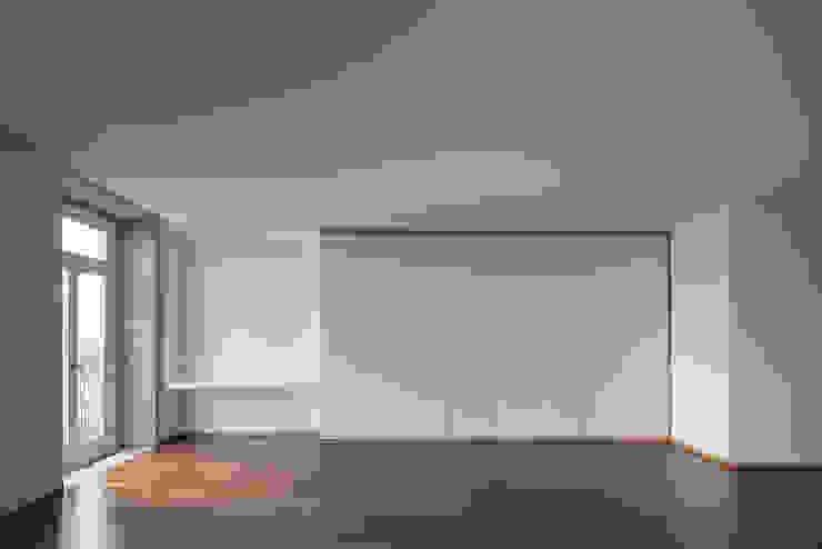 Pareti & Pavimenti in stile minimalista di Marques Franco Arquitectos Minimalista