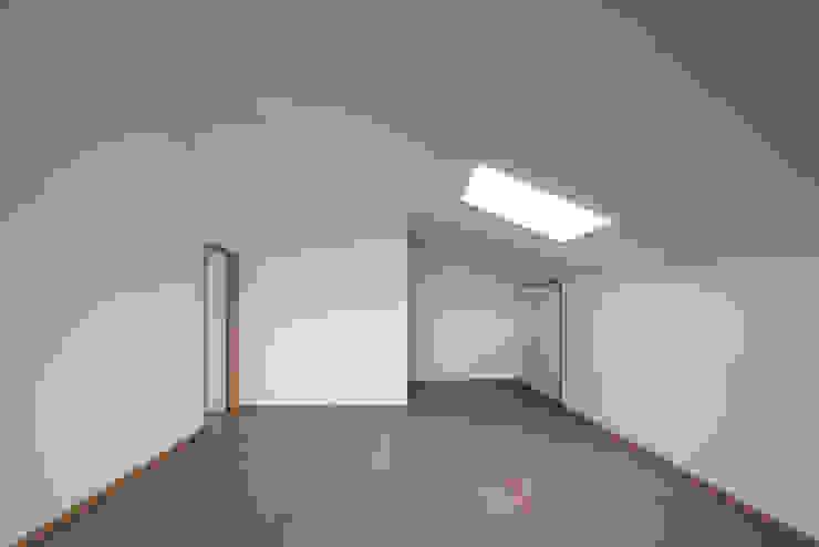 Soggiorno minimalista di Marques Franco Arquitectos Minimalista