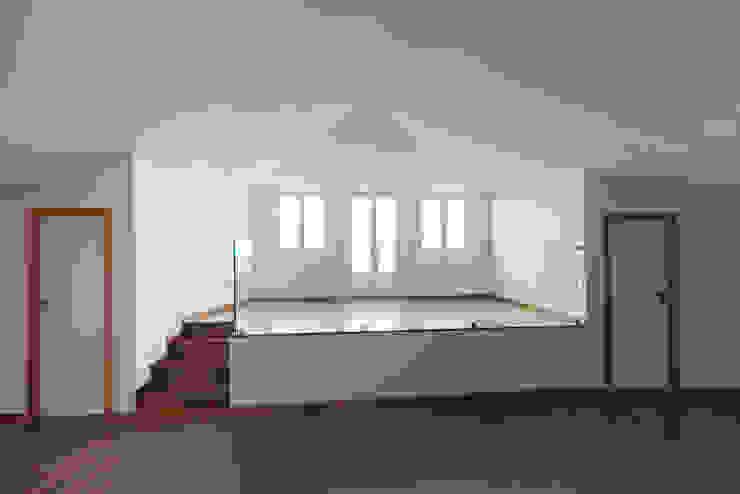 Reabilitação Casa junto ao Rio Salas de estar minimalistas por Marques Franco Arquitectos Minimalista
