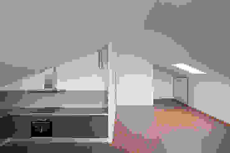 Cucina minimalista di Marques Franco Arquitectos Minimalista