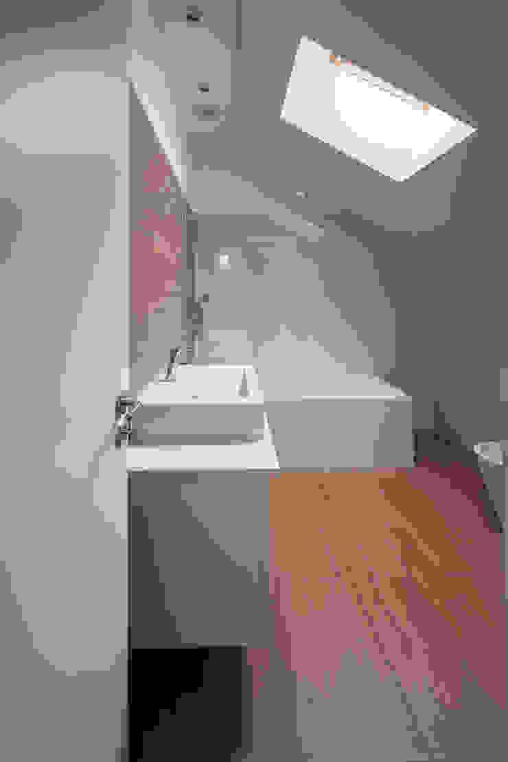 Bagno minimalista di Marques Franco Arquitectos Minimalista