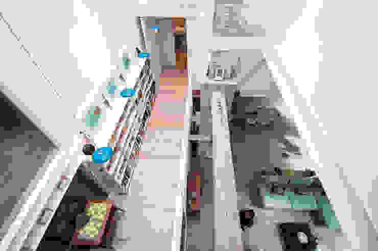 Pasillos, vestíbulos y escaleras modernos de lluiscorbellajordi Moderno