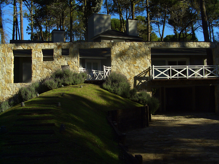 El acceso desde el exterior de Rr+a bureau de arquitectos - La Plata