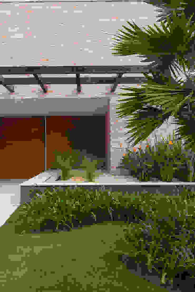 by Márcia Carvalhaes Arquitetura LTDA. Сучасний