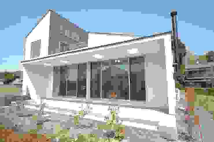 Casas modernas de 合同会社 栗原弘建築設計事務所 Moderno Metal