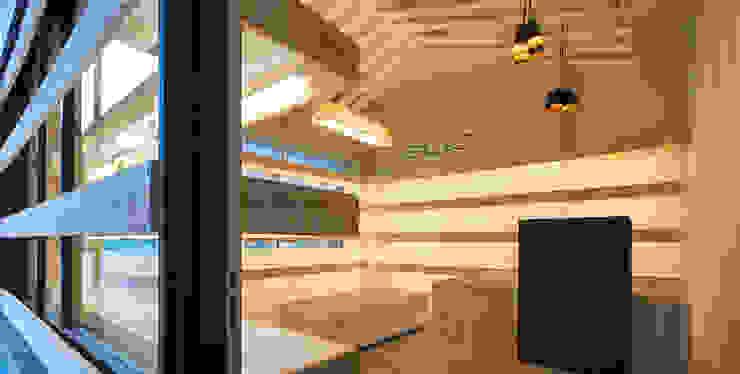 Zapatería Sûo Estudio TYL Oficinas y tiendas de estilo escandinavo Madera