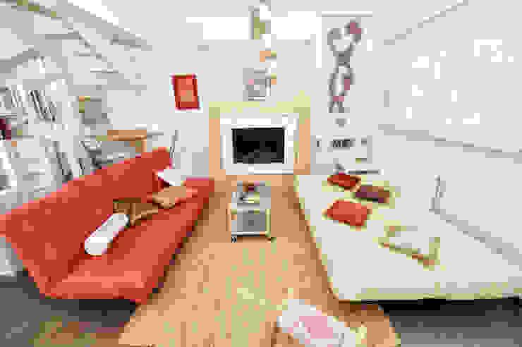 Salas de estar mediterrânicas por studio matteo fieni Mediterrânico