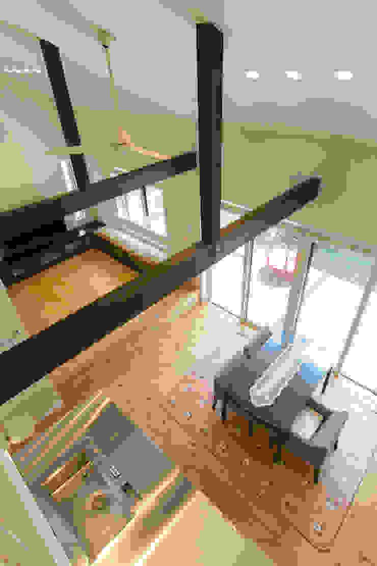 Столовая комната в стиле модерн от 株式会社 atelier waon Модерн