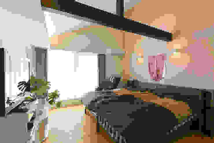 Спальня в стиле модерн от 株式会社 atelier waon Модерн