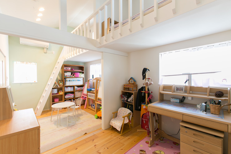 Детская комната в стиле модерн от 株式会社 atelier waon Модерн