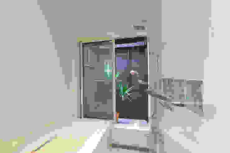 Ванная комната в стиле модерн от 株式会社 atelier waon Модерн