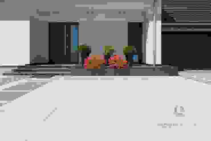 Nowoczesne nawierzchnie z betonu - taras i ogród Nowoczesny ogród od Modern Line Nowoczesny