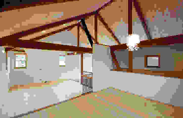 Dormitorios infantiles de estilo clásico de アトリエdoor一級建築士事務所 Clásico Madera Acabado en madera