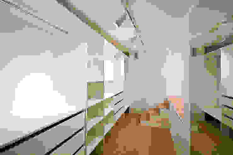 Modern Dressing Room by IDAFO projektowanie wnętrz i wykończenie Modern