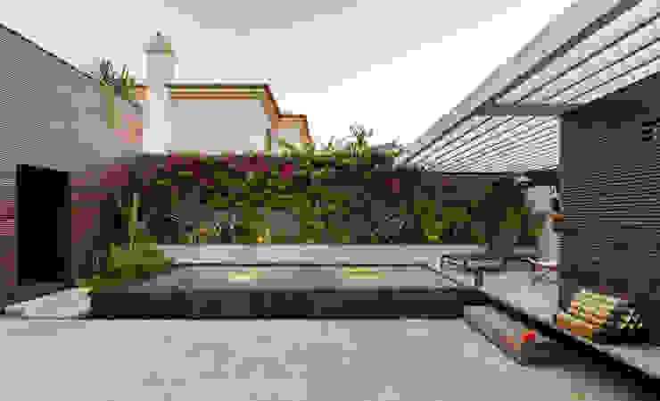Бассейн в стиле модерн от Ricardo Moreno Arquitectos Модерн