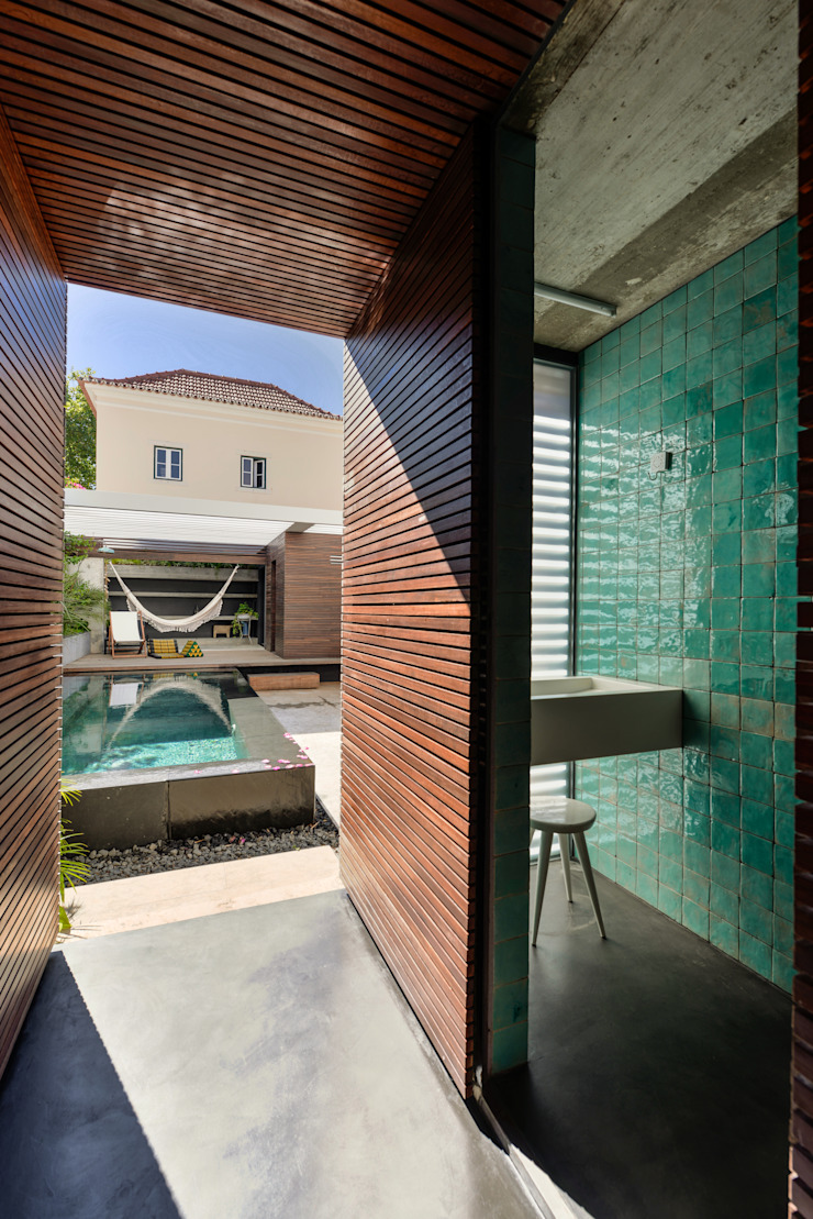 Casa em S. Pedro do Estoril Casas de banho modernas por Ricardo Moreno Arquitectos Moderno