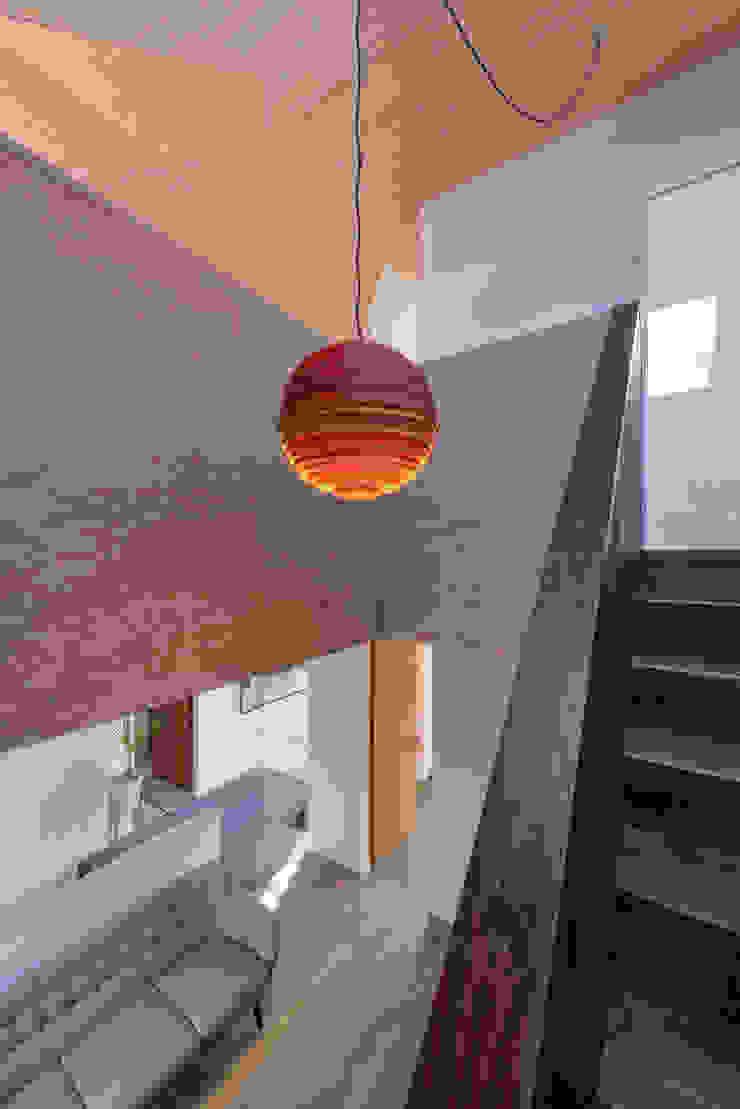 Casa em S. Pedro do Estoril Corredores, halls e escadas modernos por Ricardo Moreno Arquitectos Moderno