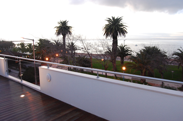 MORADIA RIBEIRINHA Varandas, marquises e terraços ecléticos por Critério Arquitectos by Canteiro de Sousa Eclético