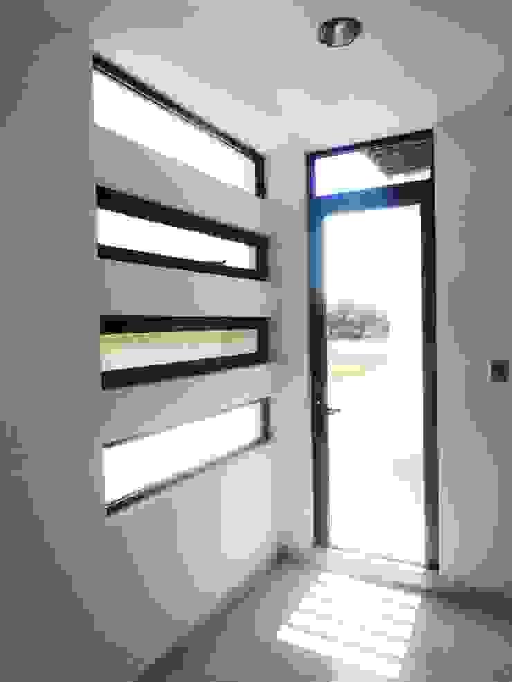 Acceso al Balcón Dormitorios modernos de CONSTRUCTORA ARQOCE Moderno