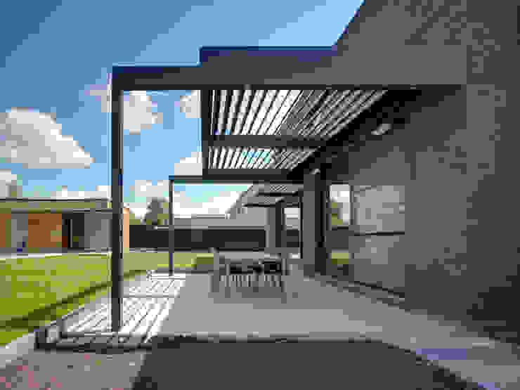Chester House   UmbrisbyIQ   Балкон и терраса в стиле модерн от IQ Outdoor Living Модерн Алюминий / Цинк