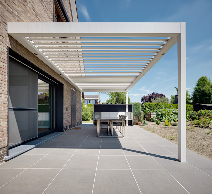 Westridge Park | UmbrisbyIQ | Modern balcony, veranda & terrace by IQ Outdoor Living Modern Aluminium/Zinc