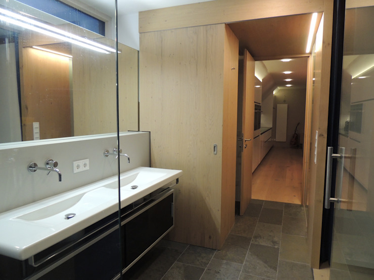 Dusche und Waschbecken Moderne Badezimmer von Hergan Architektur Modern