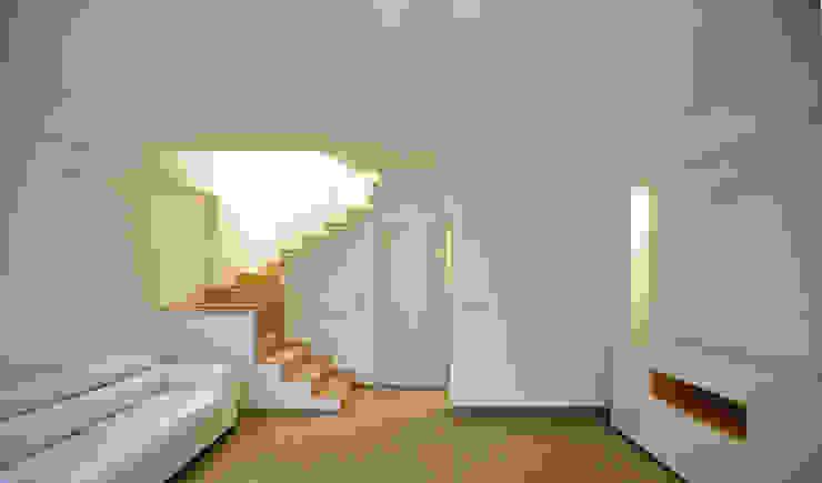 Salones de estilo moderno de Moduloquattro Architetti Associati Moderno