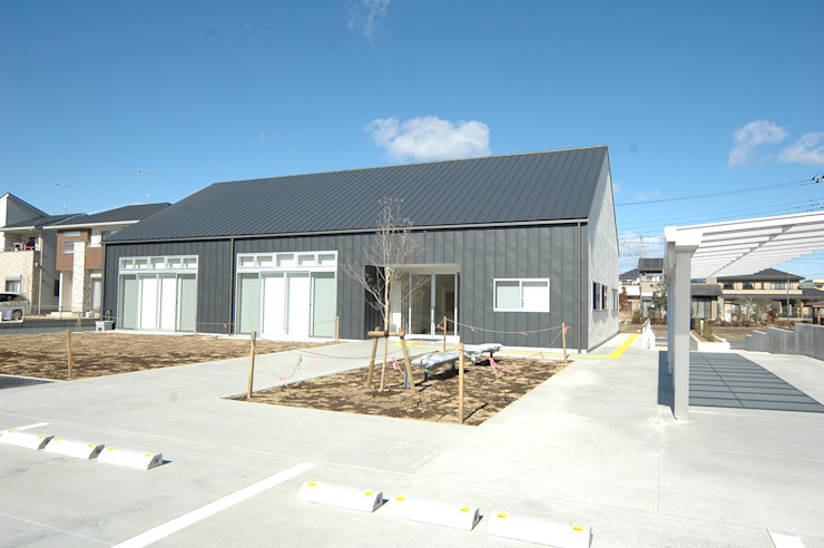 外観 合同会社 栗原弘建築設計事務所 モダンデザインの 多目的室 金属 灰色