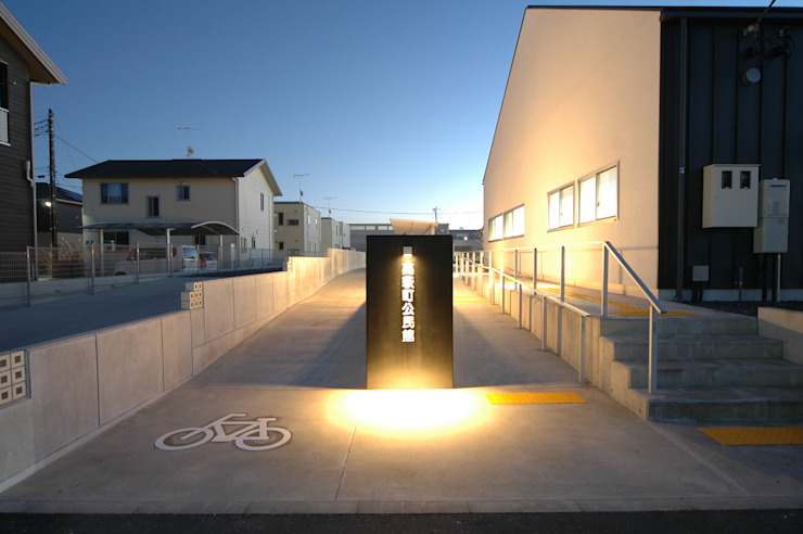アプローチ 合同会社 栗原弘建築設計事務所 モダンデザインの 多目的室 石 白色